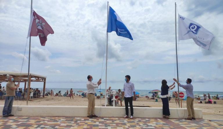 Orihuela iza por tercer año consecutivo 11 Banderas Azules que certifican la calidad de sus playas