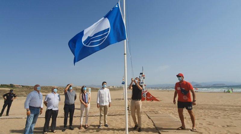 La bandera azul ya ondea en las playas de Elche