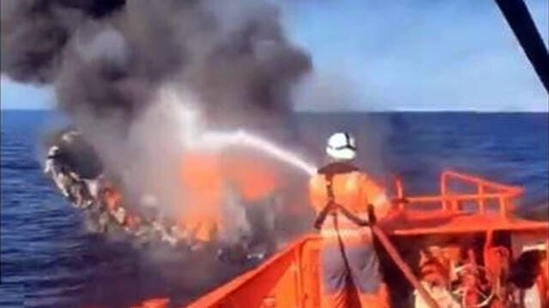 Se hunde el pesquero incendiado en la costa de Villajoyosa