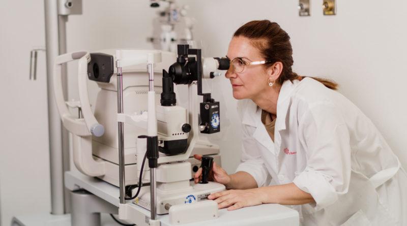Oftalmólogos de Ribera Salud advierten de lesiones en los ojos por evitar revisiones tras el confinamiento y por el sol y el cloro del verano