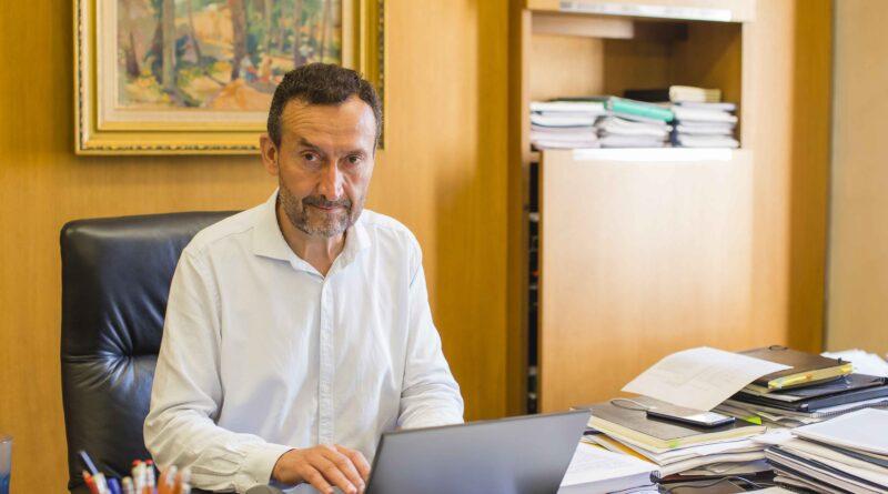 El alcalde de Elche felicita a Pacheta con motivo del homenaje que le rinden en su pueblo natal de Burgos
