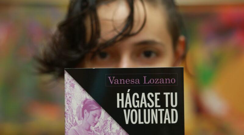 Patricia Aguilar entrega al alcalde de Elche el libro sobre su historia