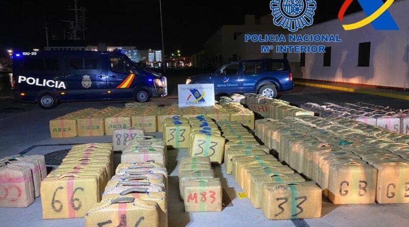 Macrogolpe al tráfico de drogas con la intervención de 35 toneladas de hachís tras un abordaje simultáneo a cuatro veleros de la misma organización