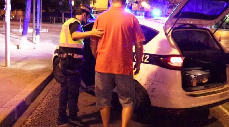 La Policía Local impone esta noche una veintena de denuncias por no llevar mascarilla, botellón, drogas e infracciones de tráfico con un detenido por falsedad documental en Alicante