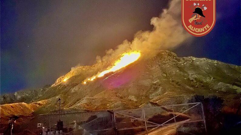El SPEIS y Consorcio Provincial extinguen durante la noche un incendio en la ladera sur de la Sierra de Fontcalent
