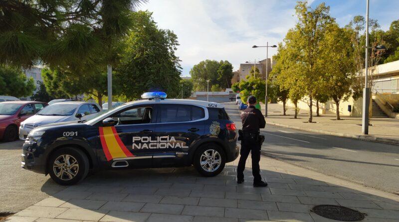 La Policía Nacional ha detenido a una persona que permanecía huida desde hace cuatro años y sobre los que pesaban dos órdenes para ingresar en prisión