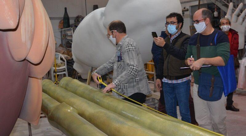 Un arquitecto realiza la primera medición del belén de la plaza del Ayuntamiento de Alicante para certificar el récord Guiness