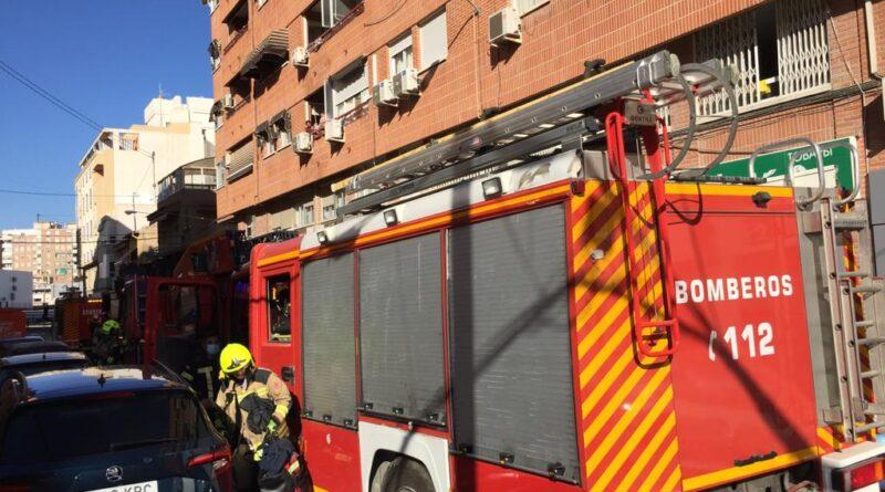 Los bomberos del SPEIS extinguen un incendio infraventilado de carácter eléctrico originado en un ático de Alicante