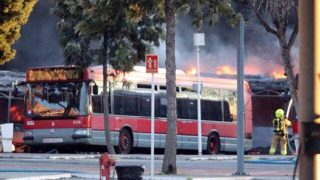 Incendio en València: el fuego devora al menos una docena de autobuses de la EMT HÉCTOR LÓPEZ TORRES Y J.M. LÓPEZ