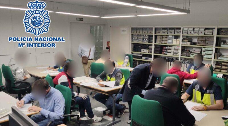 La Policía Nacional detiene al responsable de una academia de Elche que expedía certificados falsos para la obtención del carné de operador de grúa móvil autopropulsada que emite la Generalitat Valenciana