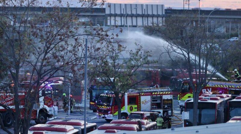 Incendio en València: el fuego devora al menos una docena de autobuses de la EMT J.M. LÓPEZ