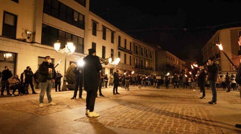 """Unas 200 personas se manifiestan en Elda para reclamar la apertura de la hostelería: """"¡nos están quitando el pan!"""""""