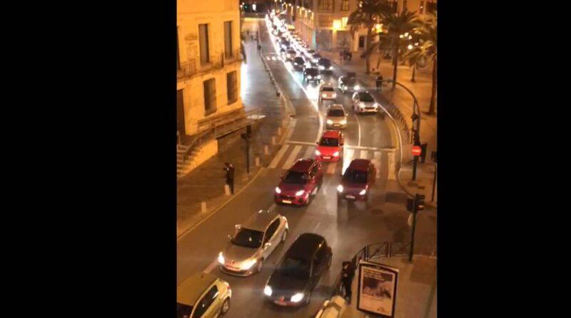 Medio millar de vehículos colapsan el centro de Elche