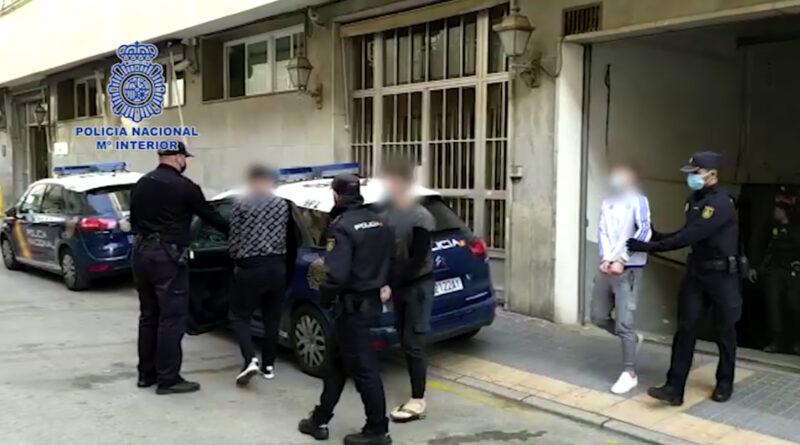 La Policía Nacional detiene en Benidorm a un grupo organizado itinerante desplazado desde Zaragoza para robar establecimientos utilizando tapas de alcantarilla