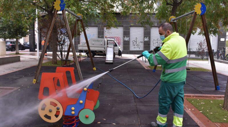 El Ayuntamiento de Elche comienza reabrir los juegos infantiles tras su limpieza