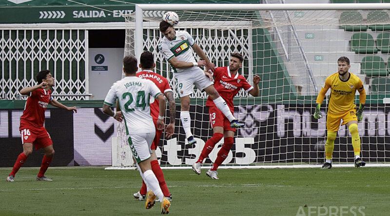 El Elche CF vence al Sevilla FC en el Martínez Valero por 2 dos a 1 uno